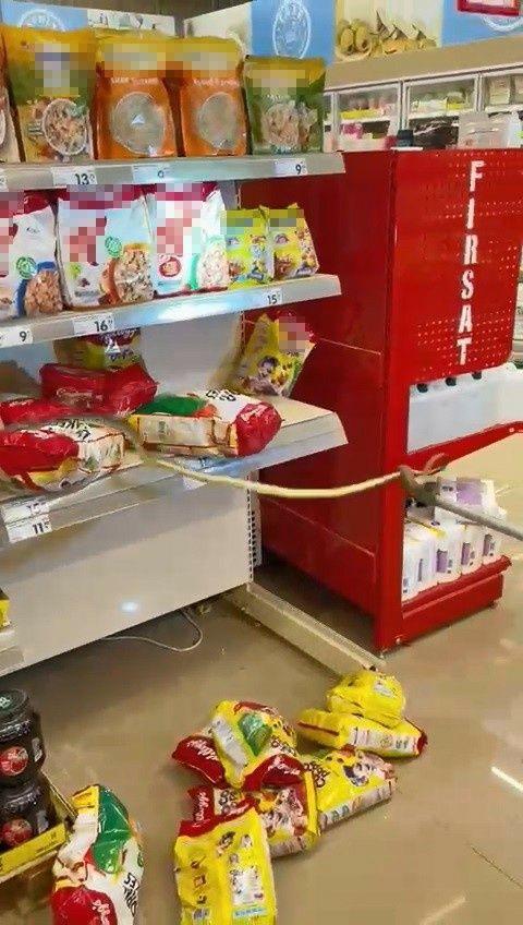 Alışveriş için gittikleri markette rafların arasından yılan çıktı - Sayfa 1