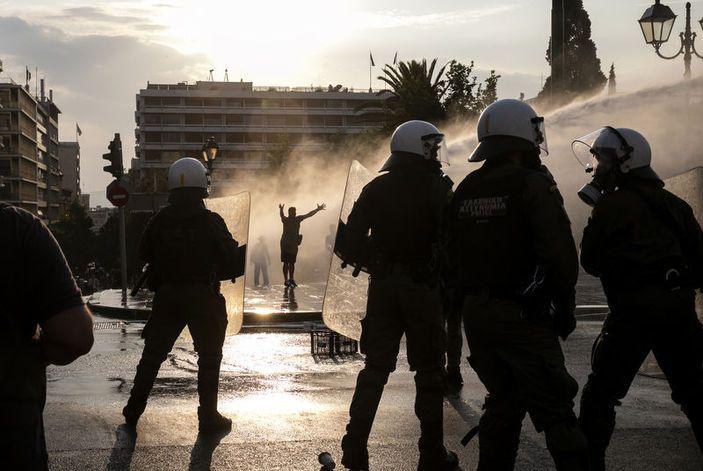 Yunanistan'da aşı karşıtları polisle çatıştı - Sayfa 3