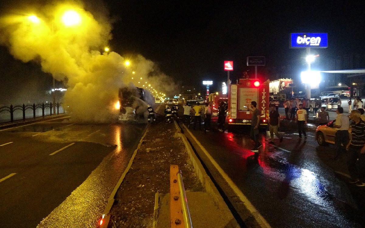 Yolcu otobüsü seyir halindeyken cayır cayır yandı