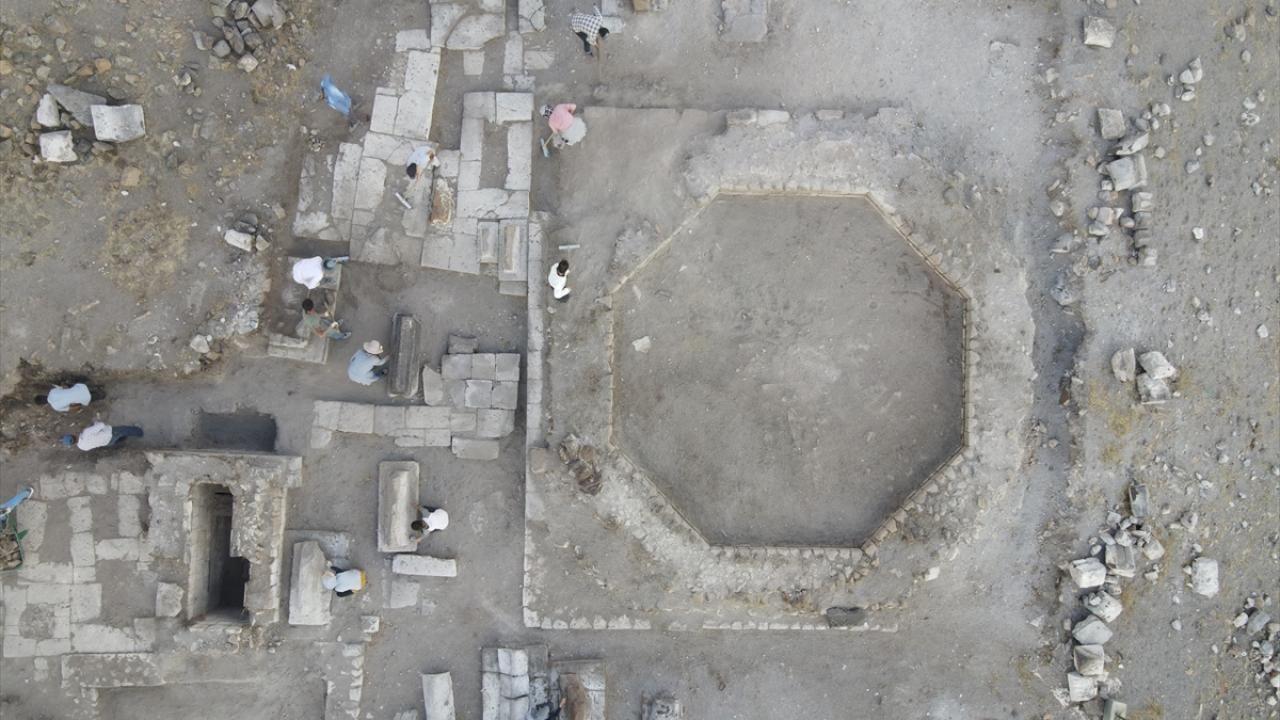 Ani Örenyeri'nde yeni kazılar: Selçuklu kümbeti ve mezarlığı bulundu - Sayfa 2
