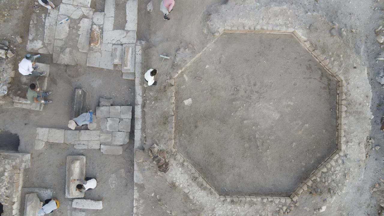 Ani Örenyeri'nde yeni kazılar: Selçuklu kümbeti ve mezarlığı bulundu - Sayfa 4