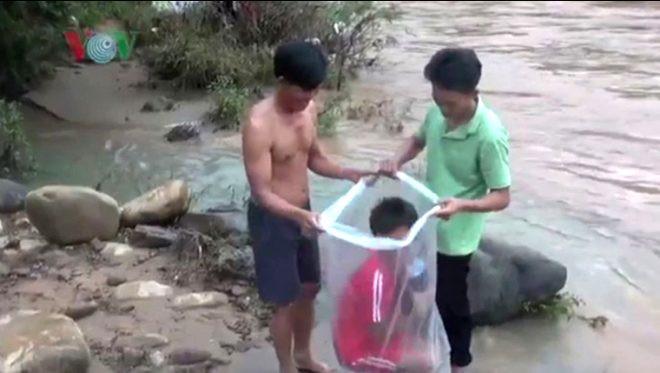 Okula gitmek için ölümü göze alıyor, çamurlu nehri lastik poşetle geçti - Sayfa 2