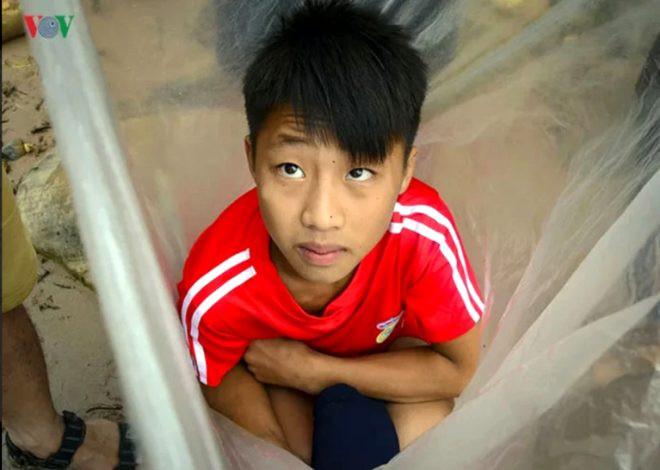 Okula gitmek için ölümü göze alıyor, çamurlu nehri lastik poşetle geçti - Sayfa 3