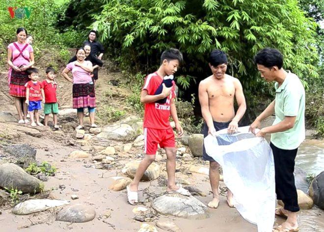 Okula gitmek için ölümü göze alıyor, çamurlu nehri lastik poşetle geçti - Sayfa 4