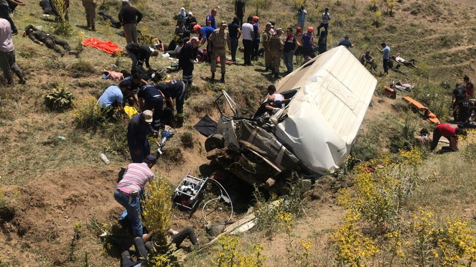 Minibüs devrildi: 17 ölü 50 kişi yaralandı. - Sayfa 2