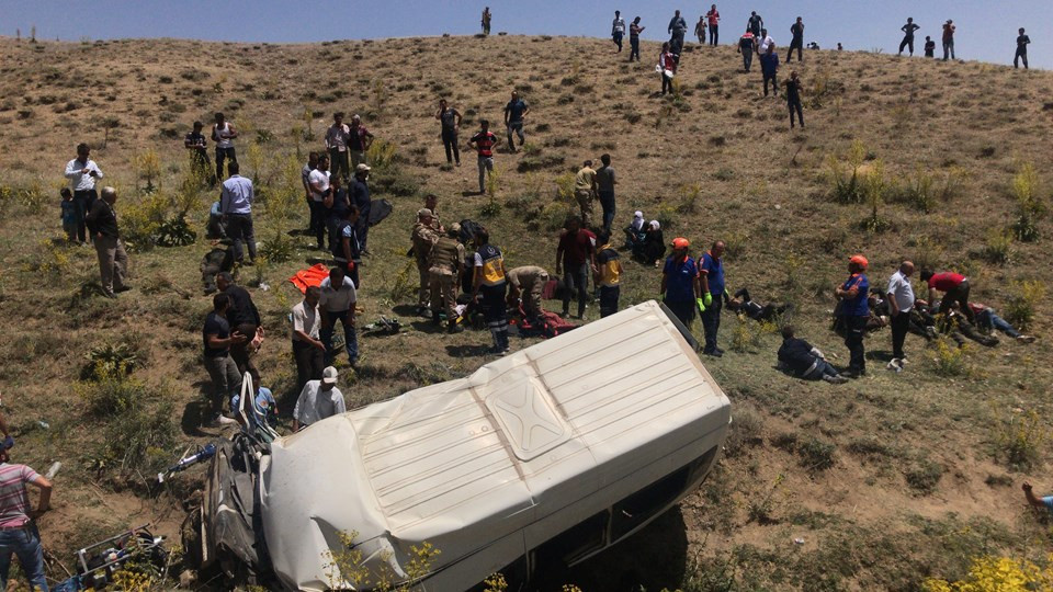 Minibüs devrildi: 17 ölü 50 kişi yaralandı. - Sayfa 3