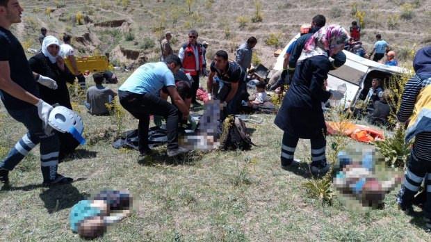 Minibüs devrildi: 17 ölü 50 kişi yaralandı. - Sayfa 4
