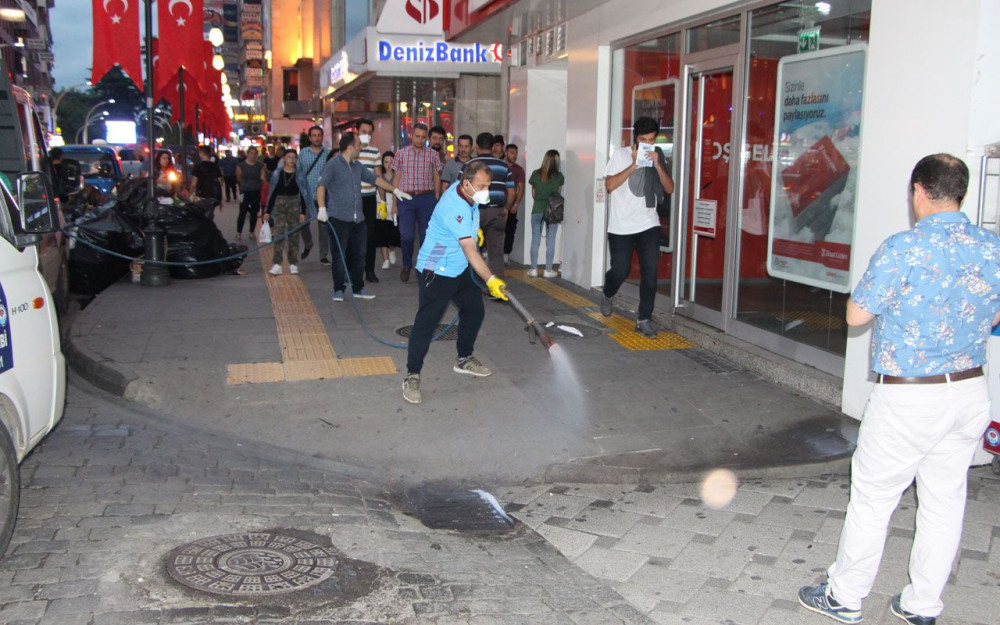 Trabzon'un en işlek caddesinde tehlike saçan böcek istilası Vatandaş neye uğradığını şaşırdı - Sayfa 3