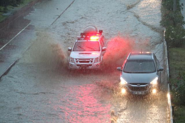Şiddetli yağış! Sokaklar göle döndü. - Sayfa 4