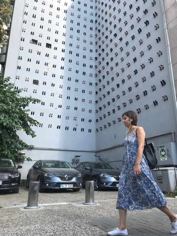 Kadın cinayetlerine dikkat çekmek için duvara 440 çift ayakkabı asıldı - Sayfa 3